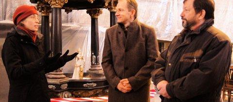 Pfarrerin Mechthild Latzelpräsentierte Mario Laufer und Thomas Bauer die frisch restaurierte Figur. © Foto: Kerstin Engelmann
