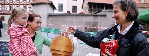 Diana Flügel und ihre 4-jährige Tochter Mimi besuchten den Frühlingsmarkt. Für eine kleine Spende bekamen sie eine Lampe für das heimische Wohnzimmer bei Therese Senst (r.) vom Freundeskreis Kinderorthopädie Herzblatt. Foto: Christoph Vogel
