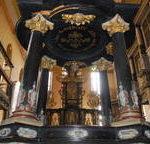 Oberkirche mit Altar und Taufbecken. Die Taufe mit ihren Figuren wird seit Jahren mühevoll restauriert, viele Spender unterstützten dabei. Archiv-Foto: Hans-Peter Stadermann