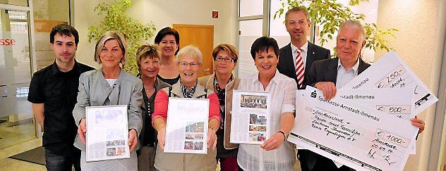 In der Sparkassen-Filiale am Bustreff in Arnstadt, wurden gestern die drei erstplatzierten Vereine des Monats ausgezeichnet. Foto: Christoph Vogel