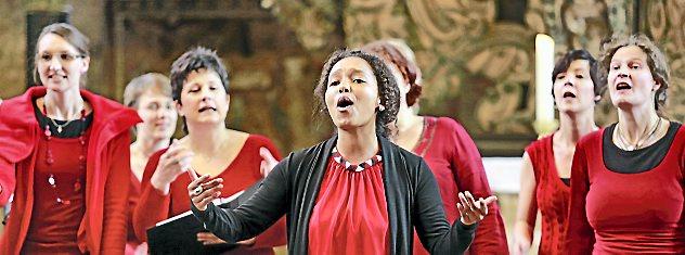 """Rund 400 Gäste besuchten das Konzert des Gospelchors """"black feet white voices"""" in der Oberkirche. Die Erlöse des Auftritts kommen einem Hilfstransport nach Rumänien zugute. Foto: Andreas Heckel"""