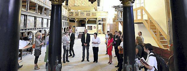 Ministerpräsidentin Christine Lieberknecht besuchte am Samstag die Oberkirche in Arnstadt und informierte sich über den Baufortschritt. Foto: Hans-Peter Stadermann
