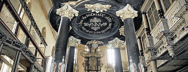 Die Oberkirche mit Altar und Taufbecken. Hier wird Uwe Wagner seinen Vortrag zur farblichen Gestaltung halten. Foto: Hans-Peter Stadermann