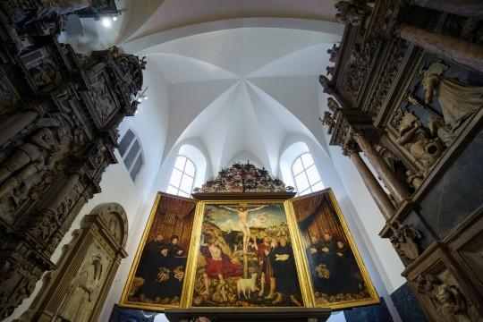 Blick auf das restaurierte Altargemälde von Lucas Cranach im Altarraum der Stadtkirche St. Peter und Paul (Herderkirche) in Weimar. Thüringen investiert kräftig in das Reformationsjubiläum,  Foto: dpa