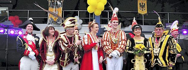 Die Prinzenpaare aus Ichtershausen, Erfurt und Arnstadt (von links) gaben sich im Arnstädter Busdepot die Ehre. Foto: Christoph Vogel