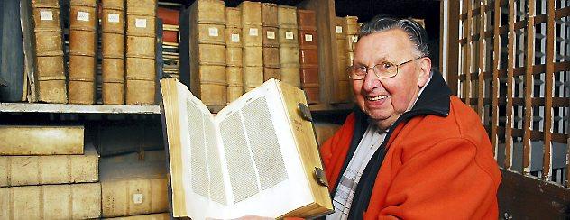 Hans-Ulrich Orban kennt sich in der Bibliothek in der Oberkirche bestens aus. Jetzt wurden die wertvollen Bücher ausgelagert. Foto: Hans-Peter Stadermann