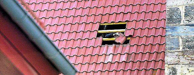 Durch den Sturm entstand am Dach der Oberkirche in Arnstadt gestern ein geringer Schaden. Die Dachziegeln wurden gleich ausgetauscht. Foto: Hans-Peter Stadermann