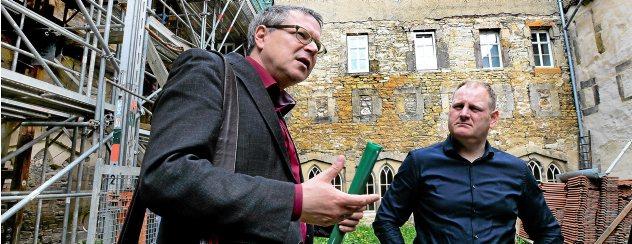 Holger Reinhardt, Landeskonservator (links), und Michael Heß, Leitender Architekt, im Hof des Kreuzgangs der Oberkirche. Foto: Hans-Peter Stadermann