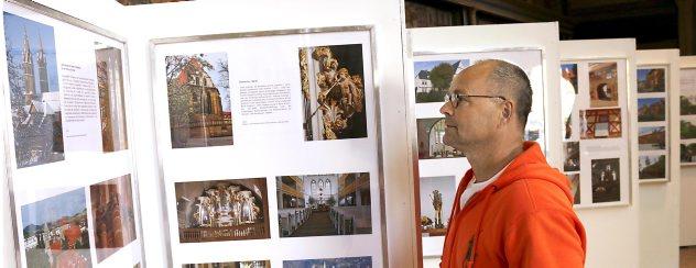 Stefan Spindler betrachtet sich die neue Fotoausstellung über Arnstadt in der Oberkirche, die dort noch bis zum 2. August zu sehen ist. Foto: Marco Schmidt