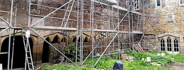 Das massive Holzstützgerüst im Kreuzganghof ist abgebaut, lediglich ein Stahlgerüst für konservatorische Arbeiten steht noch an der Kirchenwand. Foto: Frank Buhlemann