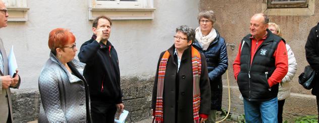 Oliver Bötefür schildert Landesbischöfin Ilse Junkermann (2.v.r) die Baufortschritte an der Oberkirche in Arnstadt und dem Kreuzgang. Foto: Marco Schmidt
