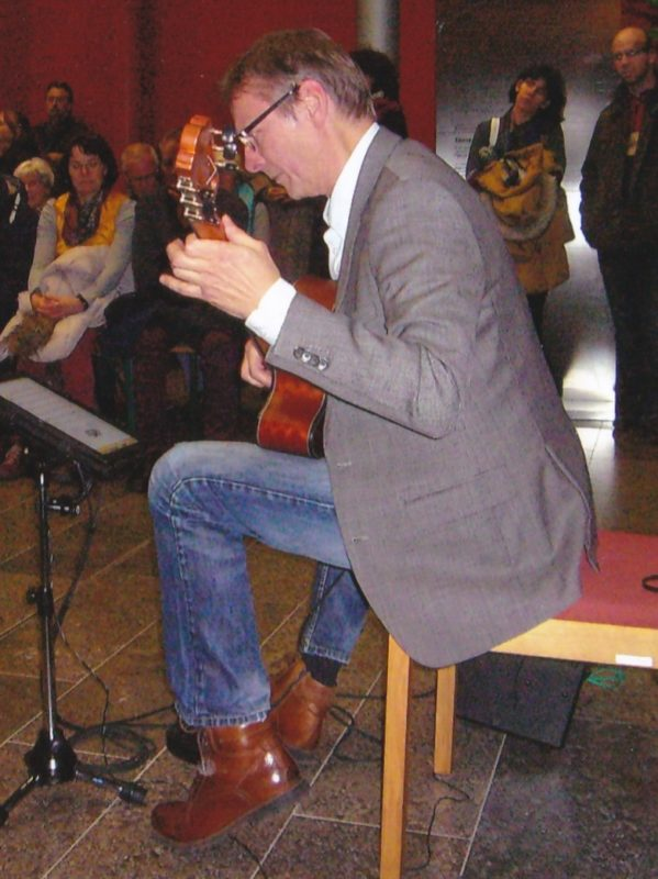 Harald Streeck an der Gitarre Foto: Renate Friedel